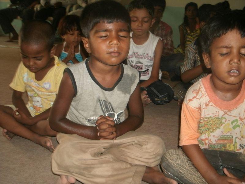Pakistan kids praying